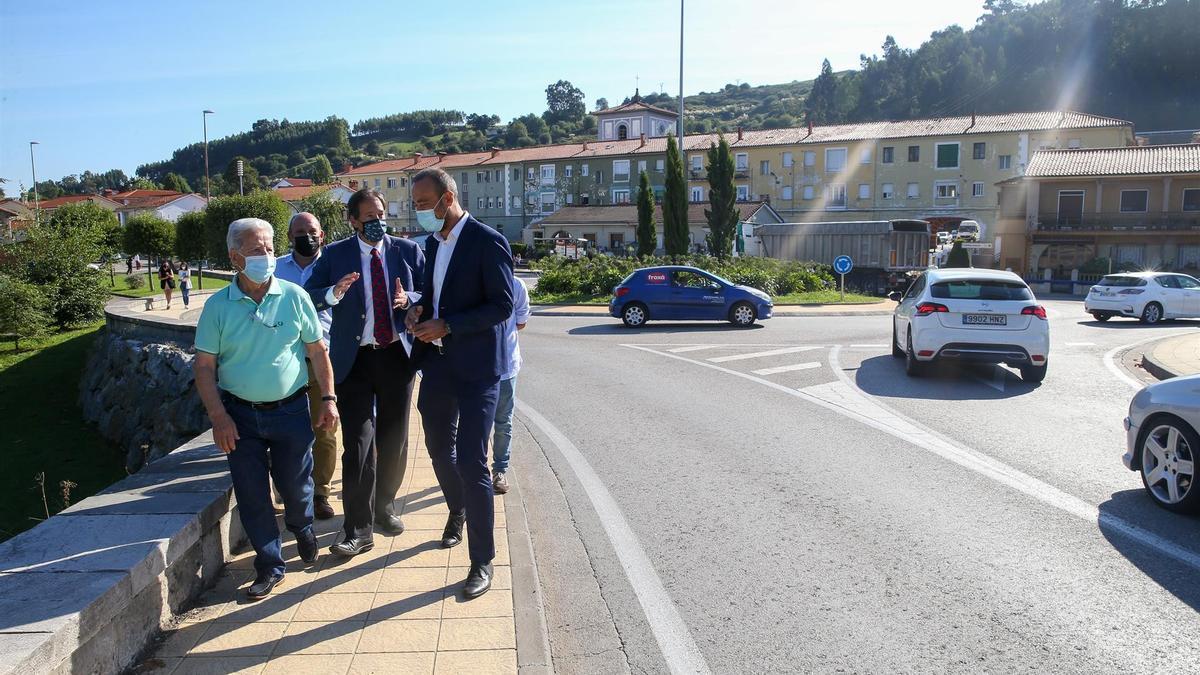 El consejero de Obras Públicas, José Luis Gochicoa, en el Puente de los Italianos con los alcaldes de Torrelavega y Santillana para informar del proyecto Viveda-Duález.