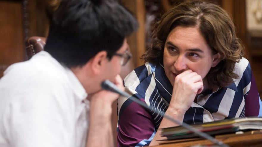 Ada Colau, en el plenario municipal con Gerardo Pisarello
