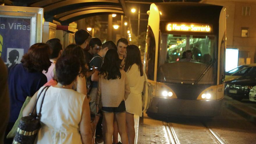 Varios usuarios esperan la llegada de un tranvía