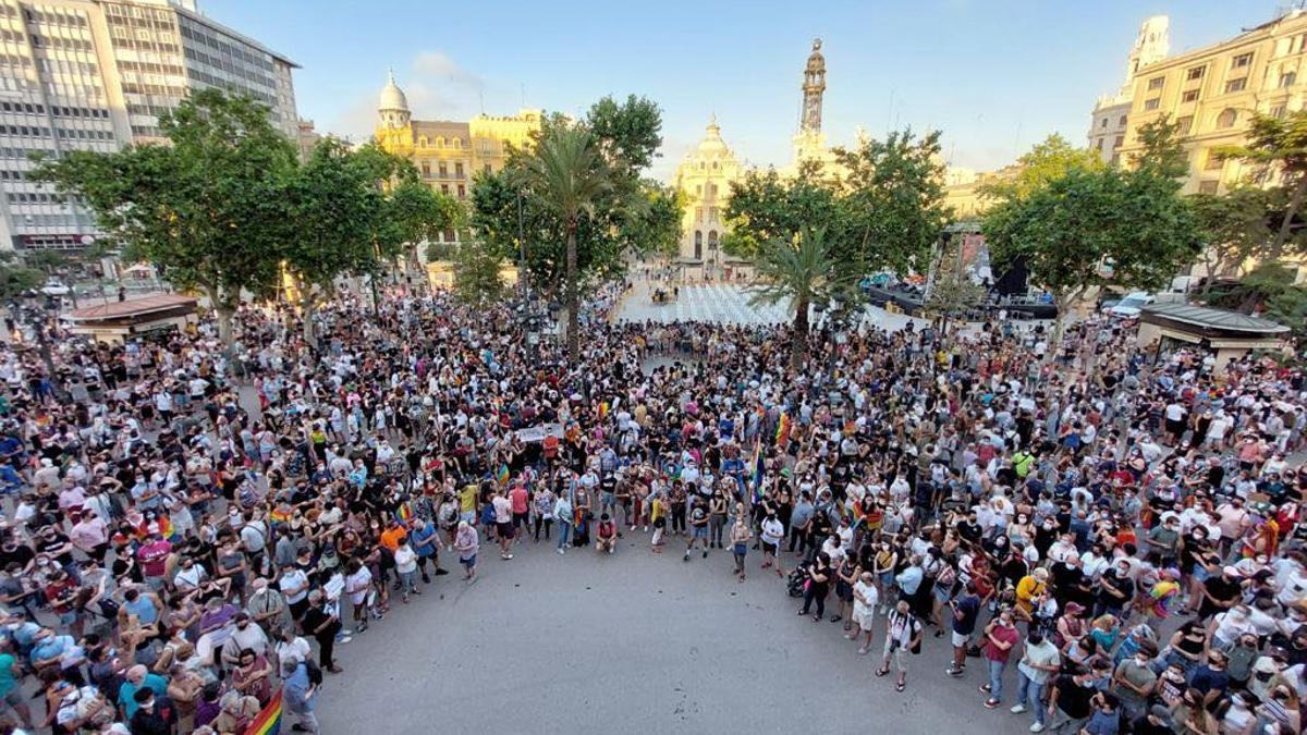 Concentración de protesta por el asesinato de Samuel en la plaza del Ayuntamiento de València.