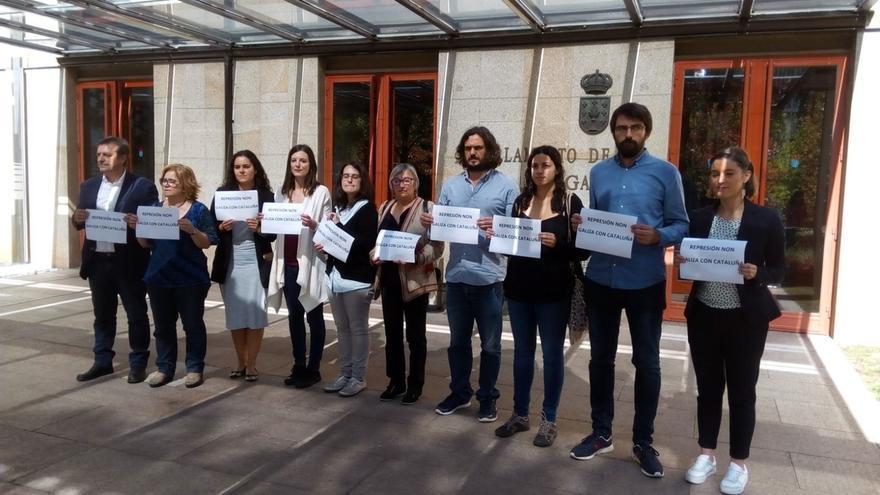 """Diputados de En Marea y BNG se concentran ante el Parlamento gallego contra la """"represión"""" en Cataluña"""