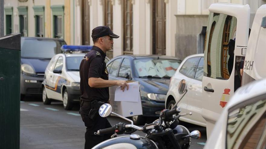 La Policía en la zona de Las Palmas de Gran Canaria donde este lunes un hombre ha matado a su expareja.  EFE/Ángel Medina