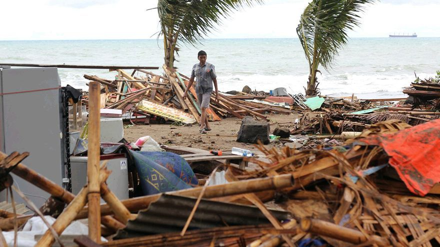 Un residente camina rodeado de casas arrasadas por el tsunami en Carita, Indonesia