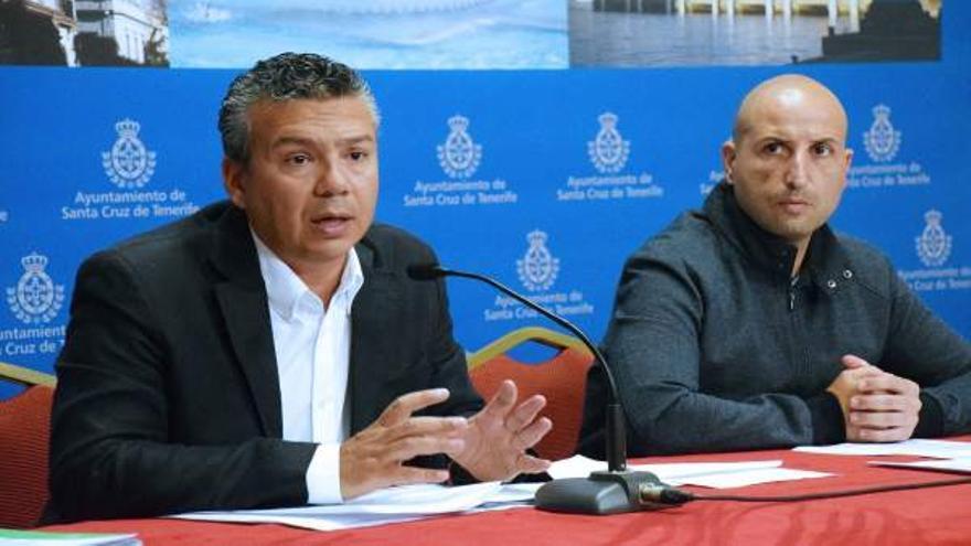 El concejal de Servicios Públicos, Dámaso Arteaga, y el director general de esta área en el Ayuntamiento de la capital tienrfeña, Juan Domingo Cabrera.