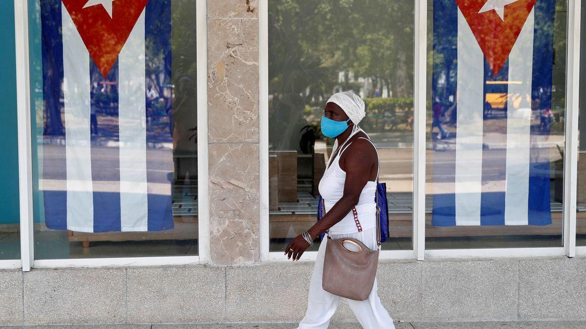 Una mujer camina en una calle de La Habana (Cuba)