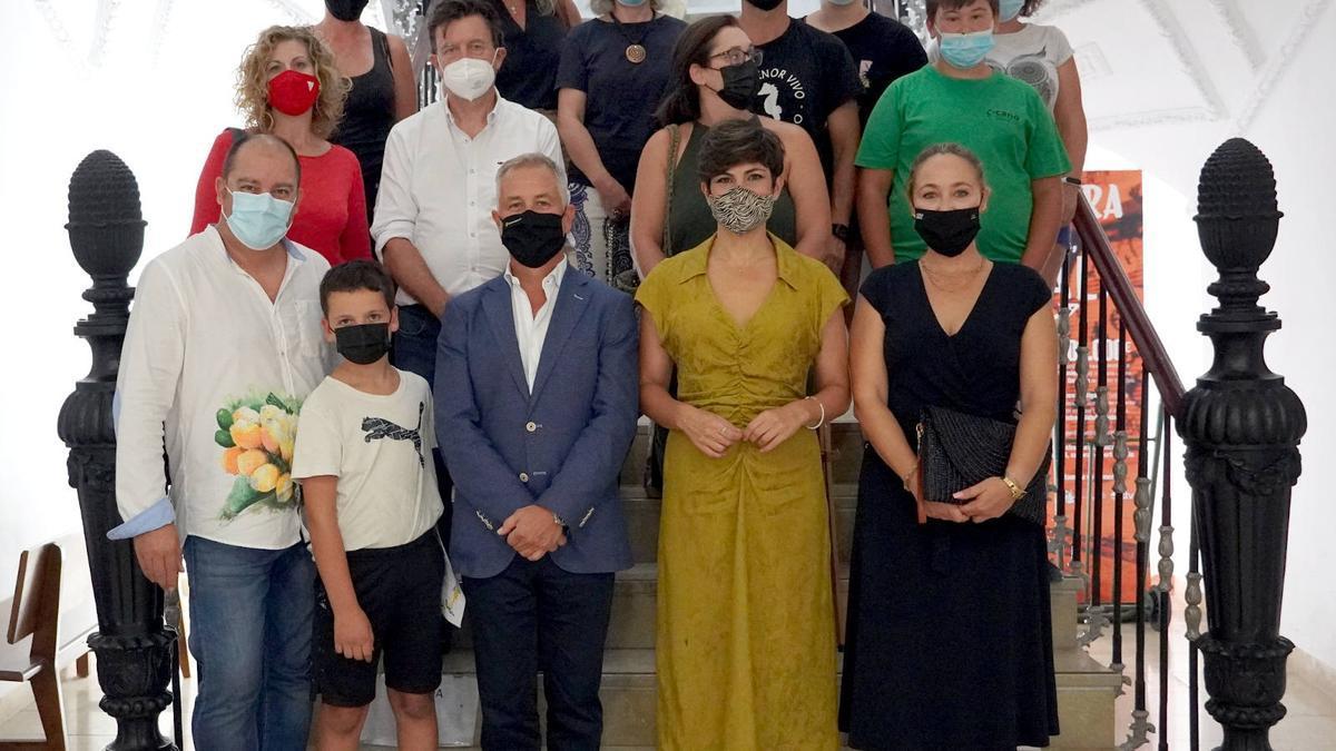 Participantes en el concurso de pintura junto a la alcaldesa de Santomera, Inmaculada Sánchez