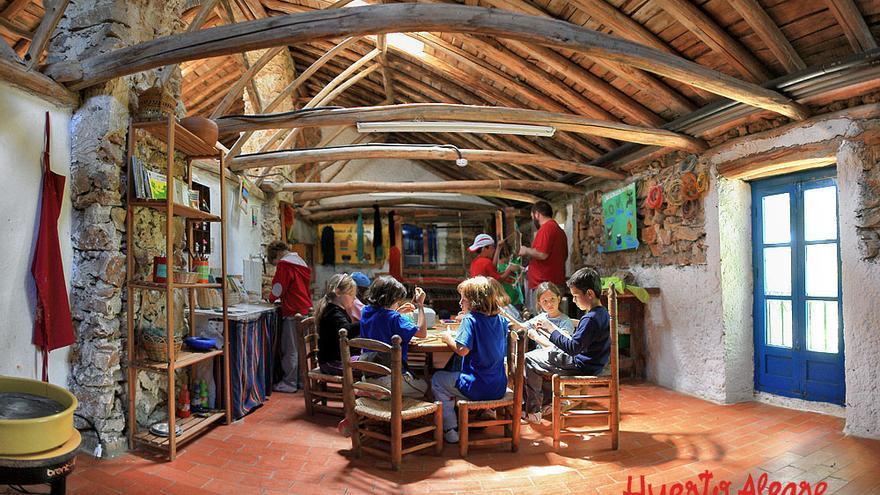 Uno de los talleres que los niños realizan en el interior de las instalaciones de la granja escuela. / Huerto Alegre