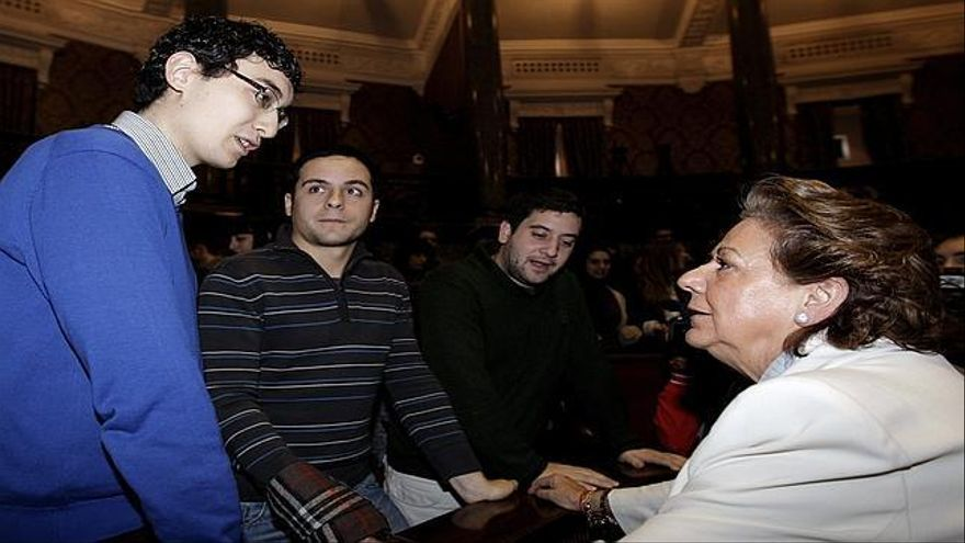 Rita Barberá dialoga con algunos de los becarios del Ayuntamiento de Valencia