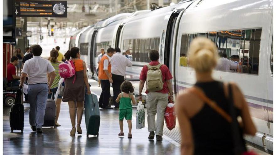 Viajeros cogiendo un tren en la estación de Chamartín (Madrid)