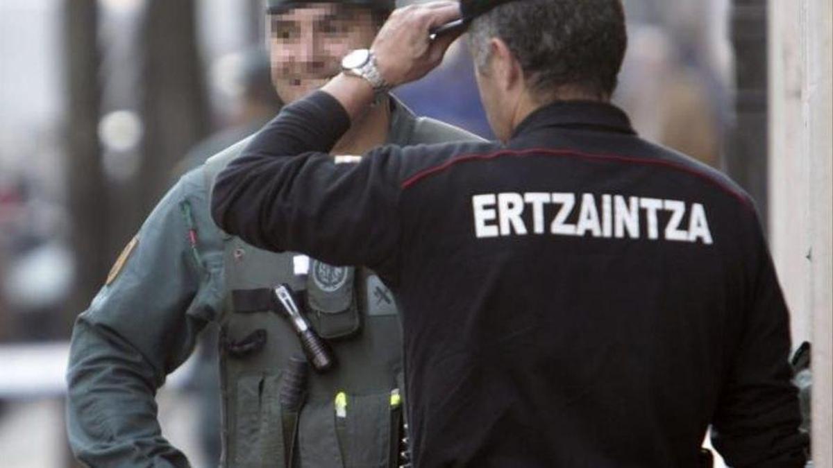 Un agente de la Ertzaintza y uno de la Guardia Civil, en un operativo conjunto