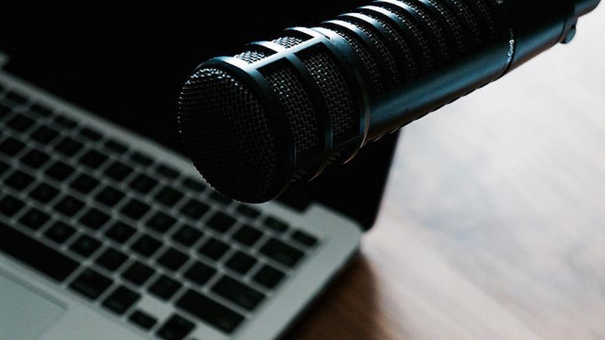 Un micrófono conectado a un ordenador