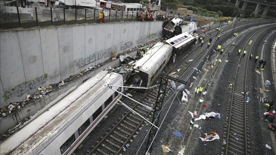 78 muertos y 20 heridos críticos en el accidente del tren en Santiago