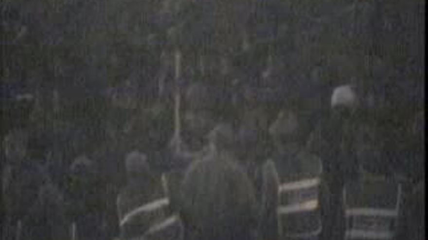 La Gendarmería marroquí pega a palos a algunos de los supervivientes de la tragedia de Ceuta.