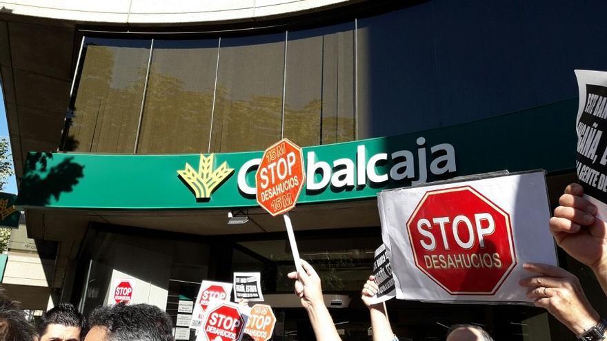 Stop Desahucios Albacete se ha concentrado a las puertas de Globalcaja.
