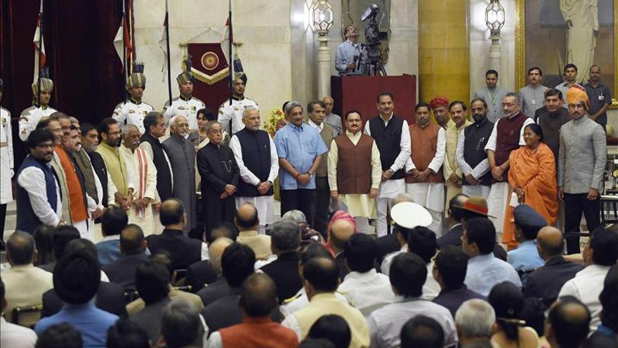 Modi nombra ministros de Defensa y Ferrocarriles como parte de sus cambios