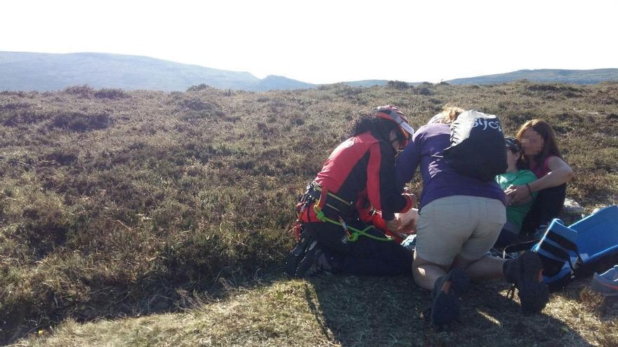 El helicóptero del 112 rescata a una senderista con posible fractura de tobillo en el monte Colina