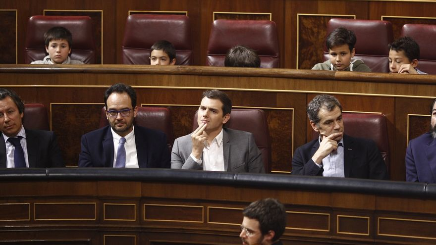 """El PSOE pregunta a Rivera si no investirá a Rajoy porque """"queda mal"""" pero luego apoyará sus políticas"""