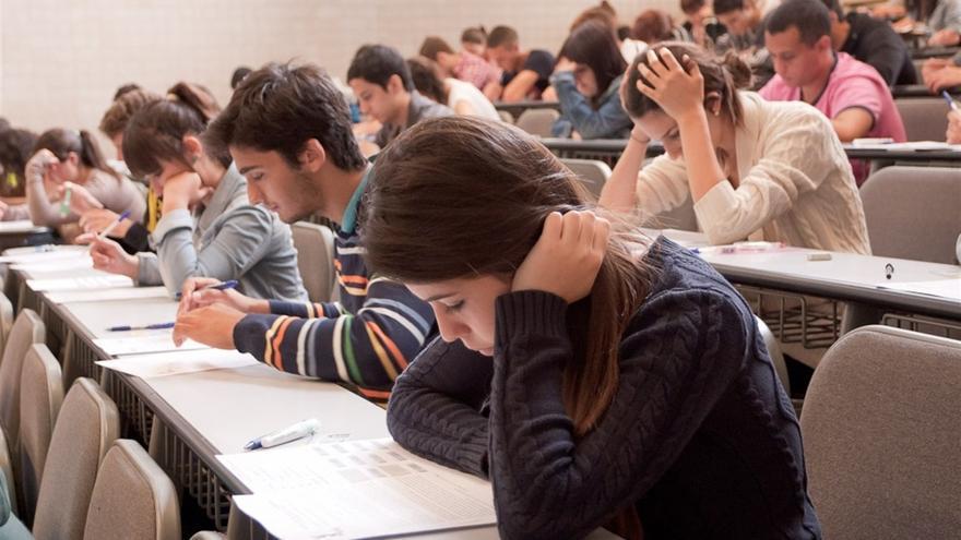 Alumnos durante el examen de la EBAU