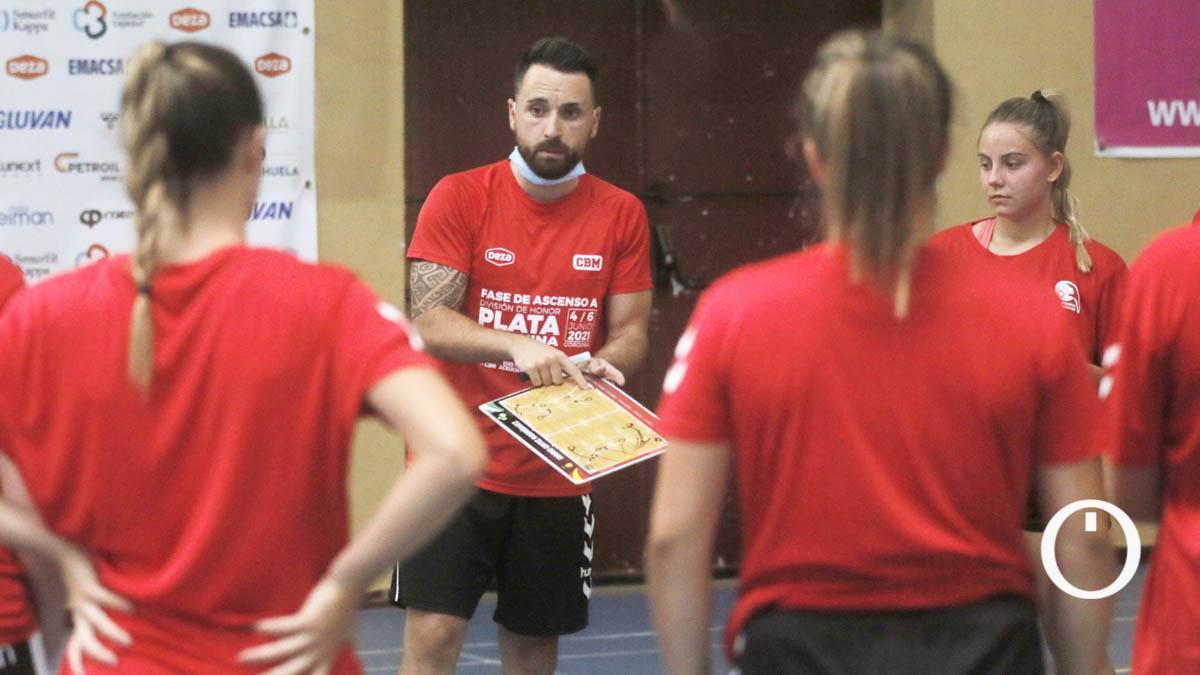 Mario Ortiz dirige un entrenamiento del Deza CBM