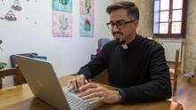 El sacerdote que invita a comer como un cura y hacer un directo en Instagram