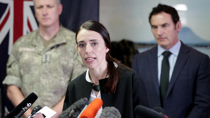 La primera ministra neozelandesa, Jacinda Ardern, flanqueada por un coronel del ejército del país y el ministro del Interior