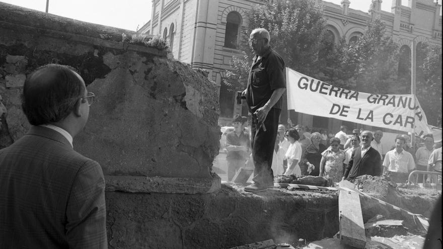 El muro de Torneo cae ante la mirada del alcalde Manuel del Valle. FOTO: Tomás Díaz Japón
