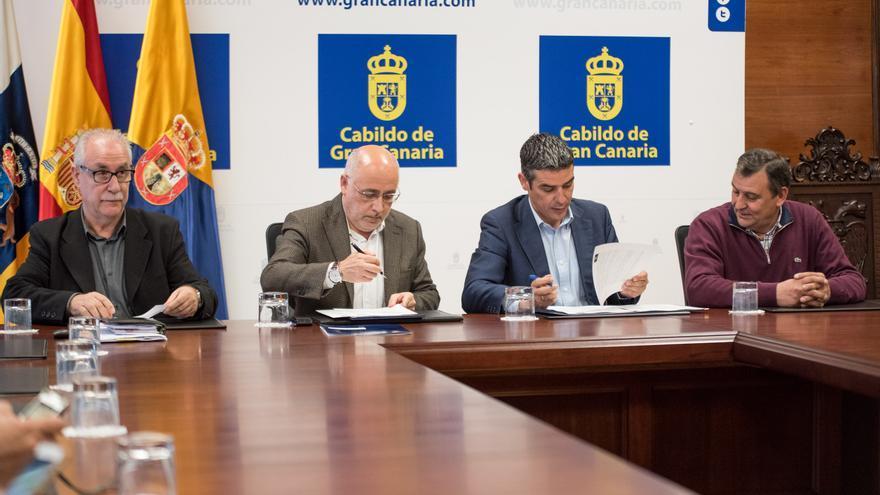 El consejero de Agricultura, Ganadería, Pesca y Aguas, Narvay Quintero, firmando el acuerdo suscrito con el presidente del Cabildo de Gran Canaria, Antonio Morales.
