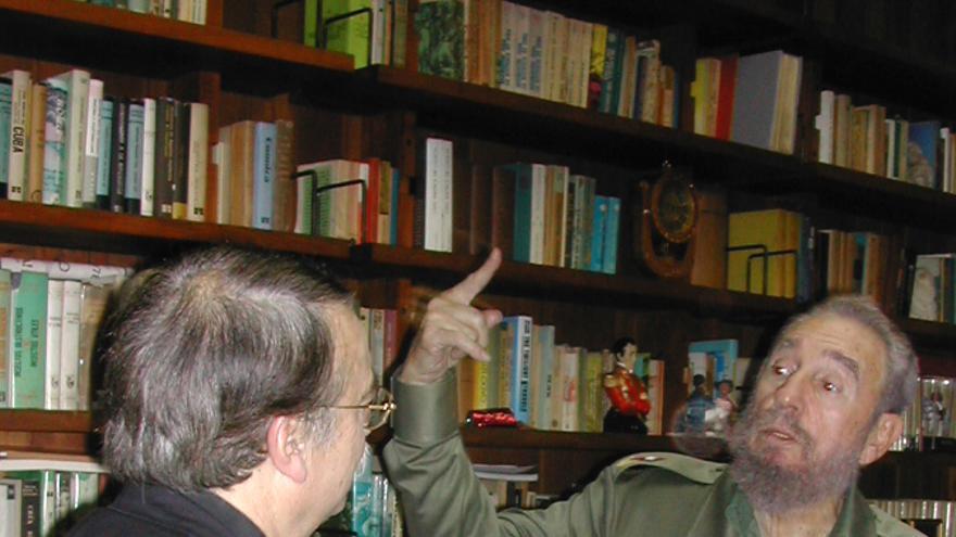 El expresidente de Cuba, Fidel Castro, junto al periodista Ignacio Ramonet