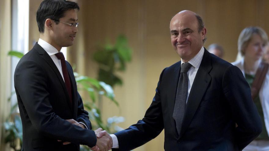 El ministro español de Economía y Competitividad, Luis de Guindos, y el vicecanciller y ministro de Economía y Tecnología alemán Philipp Rösler