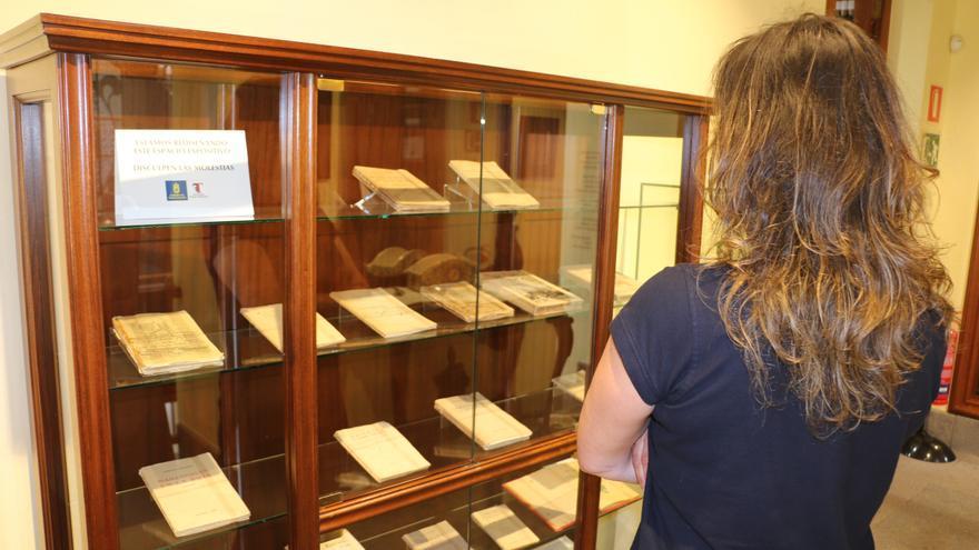Una mujer observa el nuevo espacio habilitado en la Casa Museo Tomás Morales.