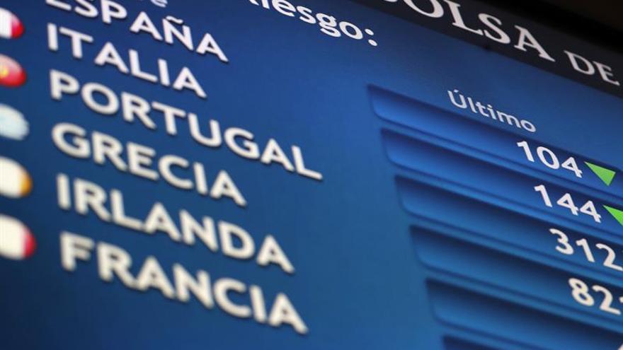 La prima de riesgo española abre ligeramente al alza, en 105 puntos básicos