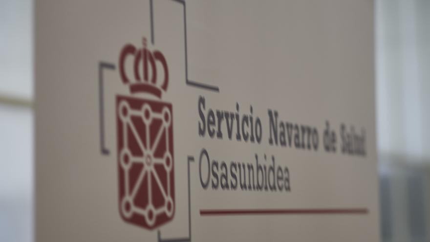 Cartel anunciador del servicio navarro de salud en el Antiguo colegio de Maristas.