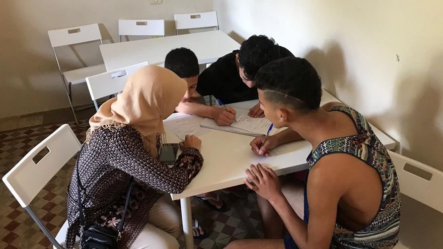 Menores extranjeros estudian en un centro.