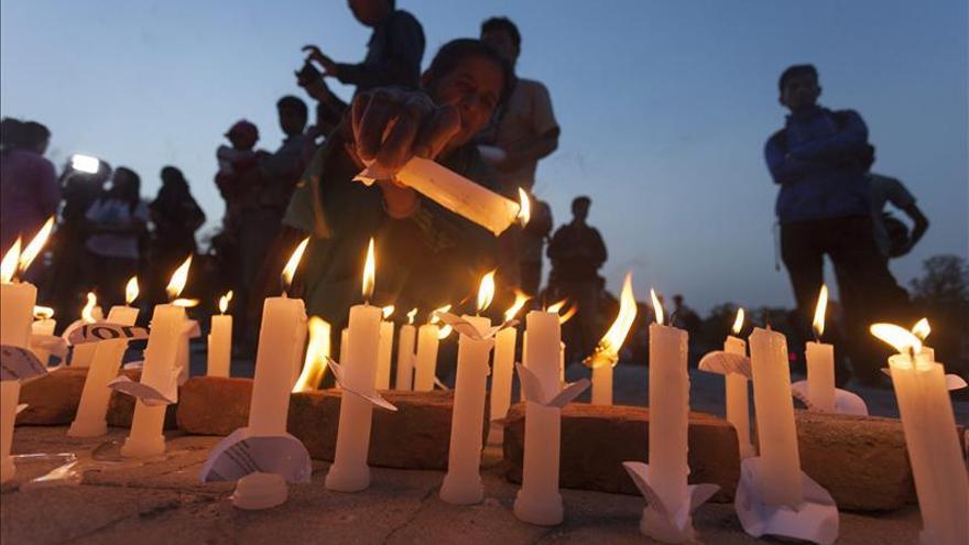 Nepal recuerda a sus víctimas un mes después del terremoto