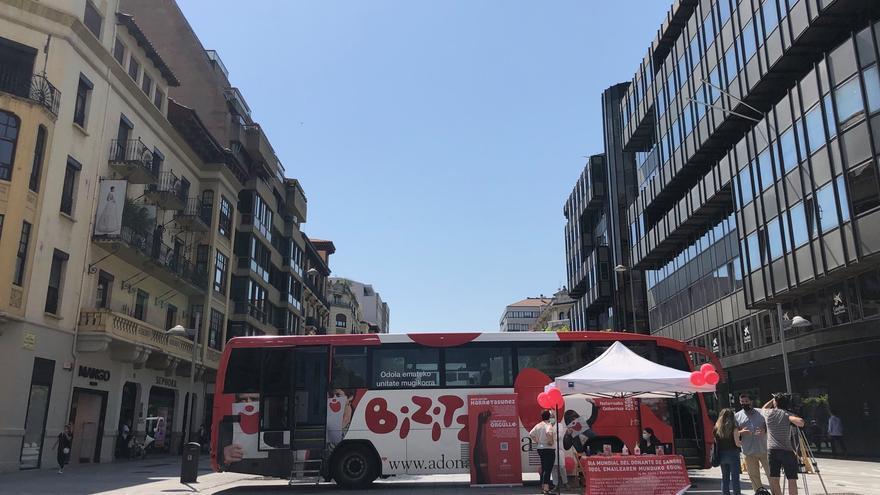 Unidad móvil de ADONA instalada en la avenida Carlos III de Pamplona