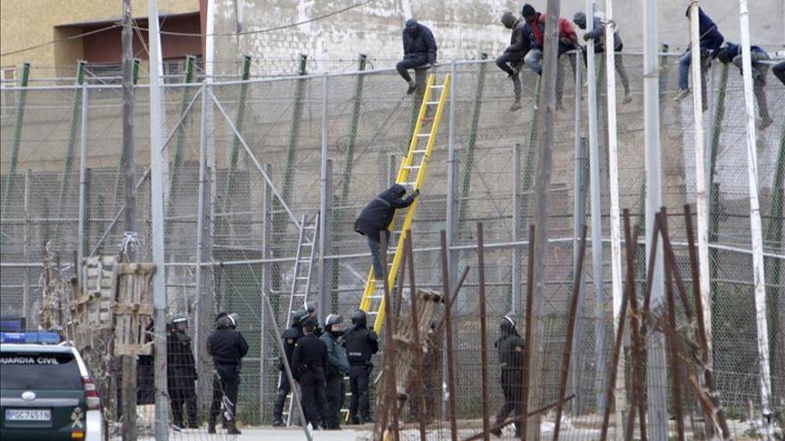 Más de medio centenar de inmigrantes intenta saltar la valla de Melilla