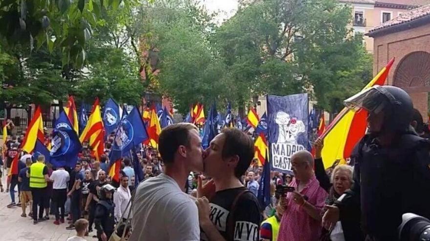 Un beso gay frente a los manifestantes pronazis en el Dos de Mayo | TWITTER
