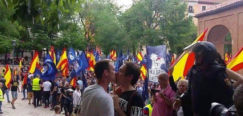 Un beso gay frente a los manifestantes pronazis en el Dos de Mayo | @LunaNegra1976