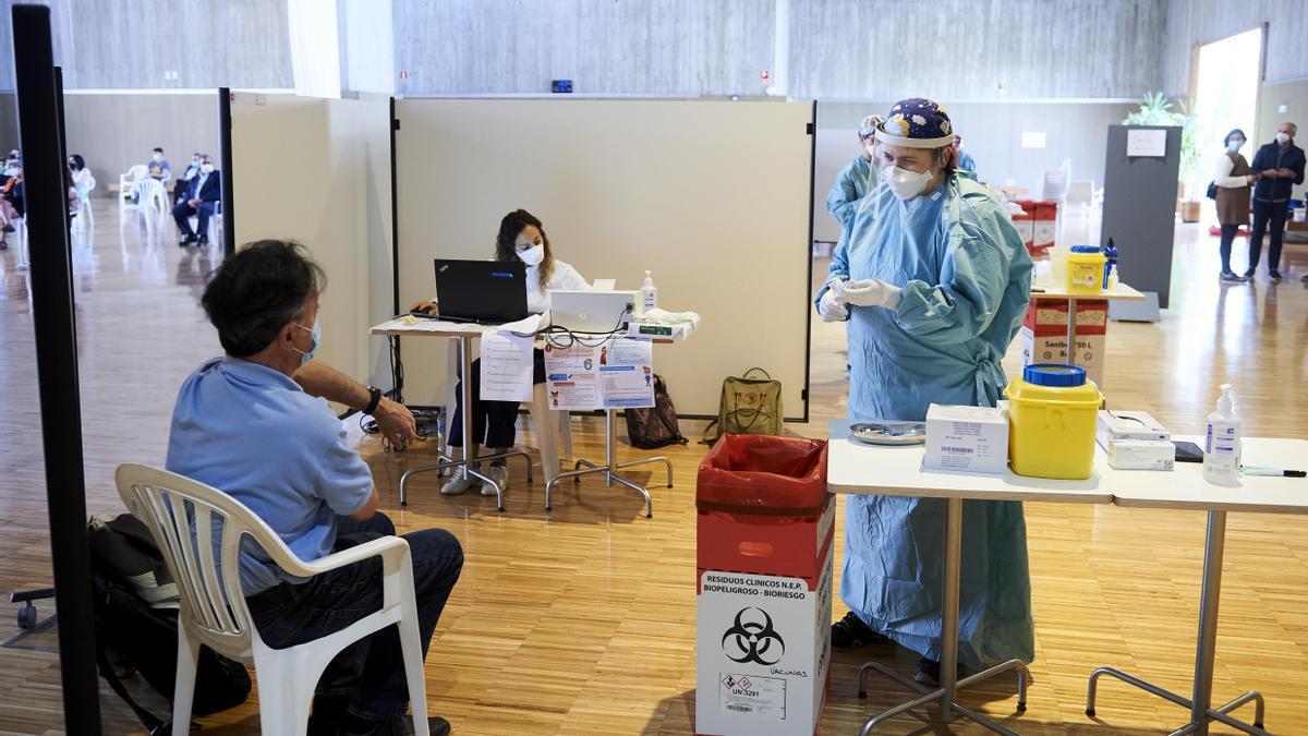Archivo - Un hombre se dispone a recibir la vacuna contra el Covid
