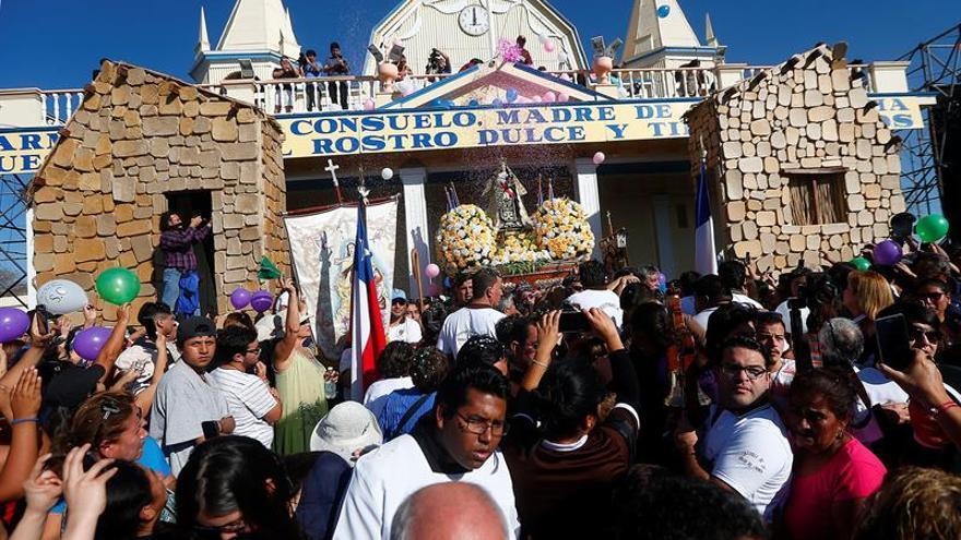 Unas 200.000 personas homenajean a la Virgen del Carmen en el desierto chileno