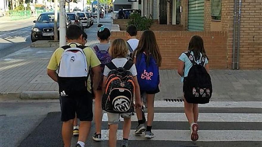 Un grupo de escolares camino del colegio