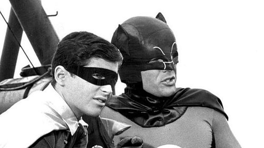 Adam West, a la derecha, durante la grabación de Batman. Wikimedia Commons