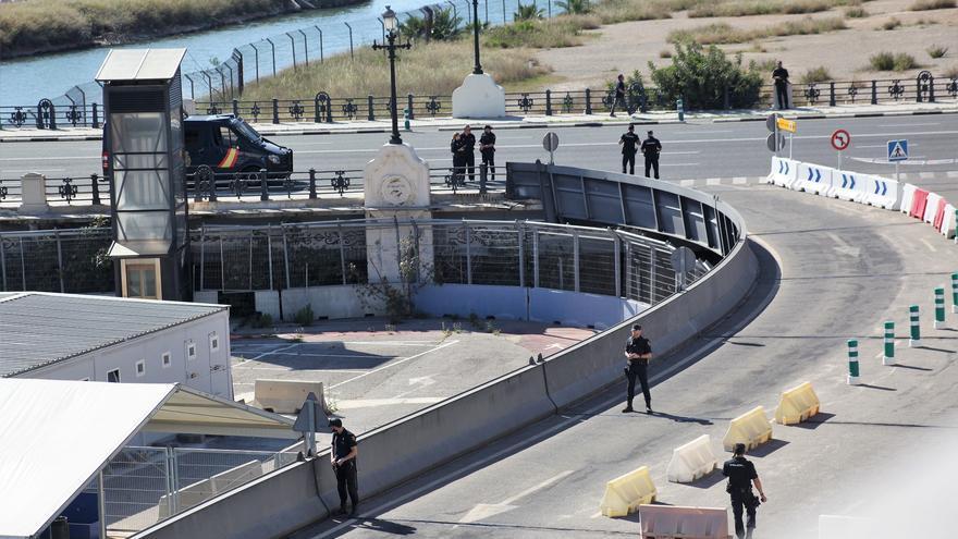 Varios agentes cierran los accesos a una zona del puerto en pleno simulacro