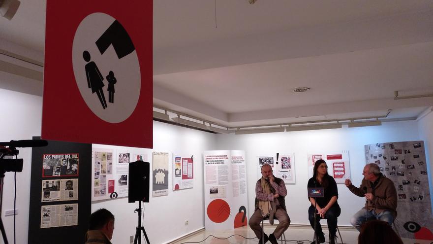 El cartel de Oteiza cuelga en el centro de la sala, donde Jesús Zubiaga, Irene Moreno y Antonio Rivera presentan la exposición