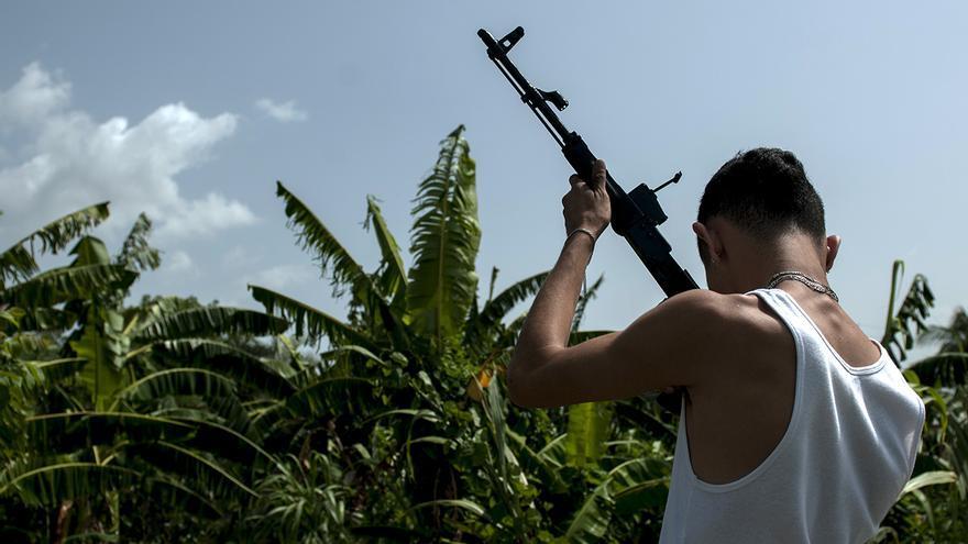 La pandilla esconde las armas bajo la tierra, cada cierto tiempo les da mantenimiento: les quita el oxido, las lija y les da un baño de pintura. Mortal revisa minuciosamente un fusil desarmado antes de probarlo disparando contra una botella vacía.
