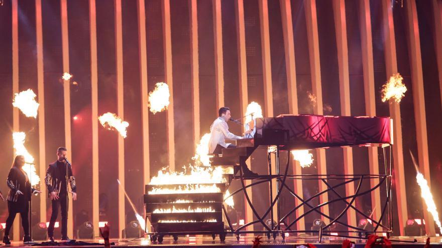 Por qué actuar los segundos en Eurovisión es un drama como un piano (con fuego)