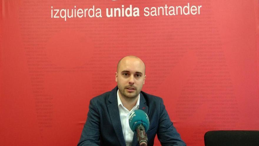 Israel Ruiz Salmón durante una rueda de prensa en la sede de Izquierda Unida.