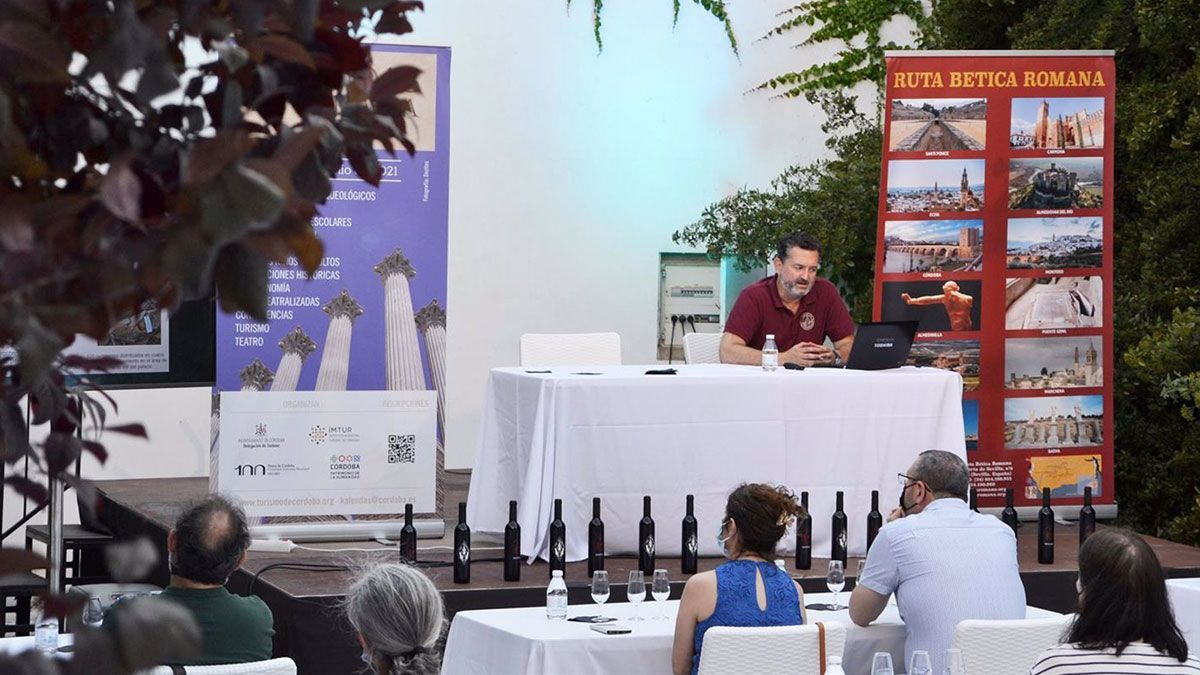 El arqueólogo investigador de la Universidad de Cádiz (UCA) Manuel León, en la conferencia.