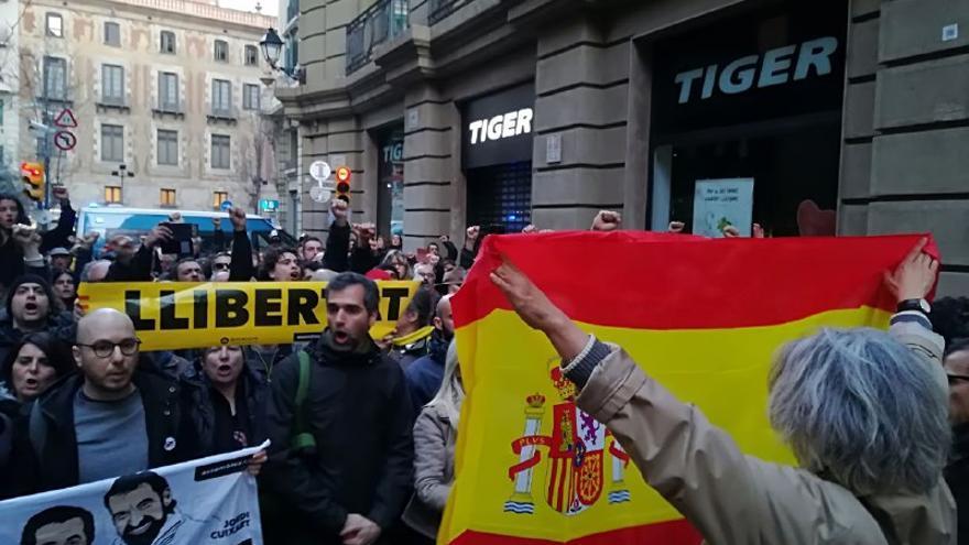 Tensión e insultos entre manifestantes independentistas y proTabarnia
