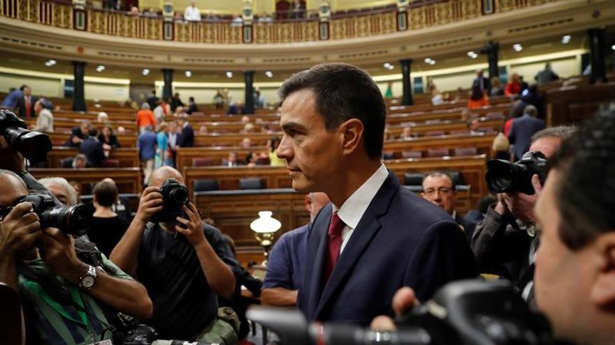 La dimisión de Montón desvía el foco al máster de Casado y la tesis de Sánchez